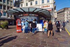 Люцерн, Швейцария - 19-ое октября 2017: Швейцарский билет покупки людей Стоковое Изображение RF
