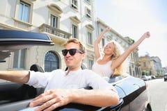 Люди автомобиля - укомплектуйте личным составом управлять с счастливой женщиной Стоковые Изображения