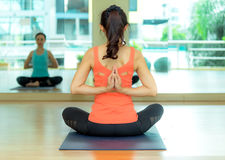 Люди Азии практикуя и работая жизненно важные размышляют йога в классе Стоковое Изображение
