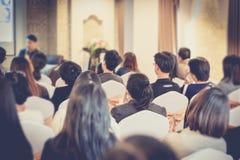 Люди Азии слушают человек диктора в зале семинара дела Стоковое фото RF