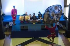 Люди актера и актрисы тайские играя большие марионеток затеняют тайский ca Стоковые Фотографии RF