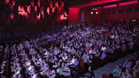 Люди аплодируют в театре видеоматериал