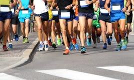 Люди бегут марафон на дороге без логотипов и бренда стоковые фото