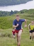 Люди бежать вверх холм Стоковое Изображение RF