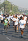 Люди бежать на Хайдарабаде 10K бегут событие, Индия Стоковые Фото