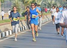 Люди бежать на Хайдарабаде 10K бегут событие, Индия Стоковая Фотография RF