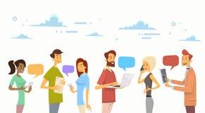 Люди беседуют связь системы компьтер-книжки телефона таблетки прибора цифров социальная иллюстрация вектора
