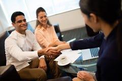 Люди бизнесмена тряся руку в офисе Стоковая Фотография