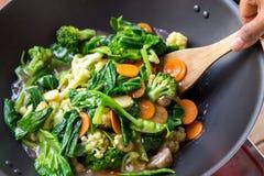 Люди варя здоровую вегетарианскую китайскую еду capcay Стоковое Изображение RF