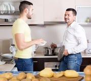 Люди варя суп картошки Стоковые Изображения RF