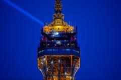 Люди вверху Эйфелева башня и световой луч Стоковая Фотография