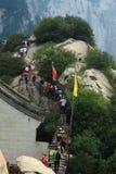 Люди взбираются вверх и вниз на горе стоковое фото rf