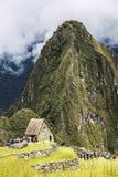 Люди взбираются вверх Wayna Piccu рядом с Machu Picchu в Перу Стоковые Фотографии RF