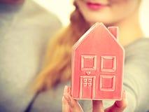 Люди вместе с моделью дома Стоковое Фото