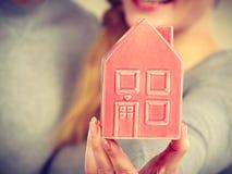 Люди вместе с моделью дома Стоковое Изображение