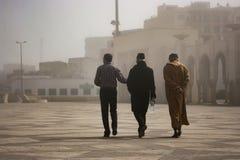 Люди вне мечети ` s Касабланки, Марокко стоковые изображения