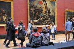 Люди внутри Лувра (Musee du Жалюзи) Стоковое Изображение RF