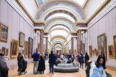 Люди внутри Лувра (Musee du Жалюзи) Стоковое Фото