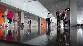 Люди внутри места ожидания в новом стержне d в международном аэропорте Borispol сток-видео