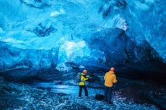 Люди внутри пещеры льда стоковое фото rf