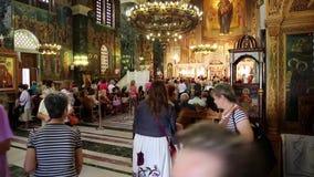 Люди внутри церков Panagia Deksia в Thessaloniki, Греции видеоматериал