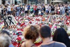 Люди воссоединили на ` s Rambla Барселоны после atack террориста Стоковые Изображения RF