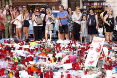 Люди воссоединили на ` s Rambla Барселоны после atack террориста Стоковые Фотографии RF