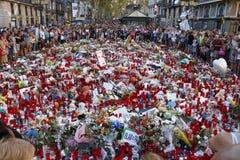 Люди воссоединили на ` s Rambla Барселоны после atack террориста Стоковые Изображения