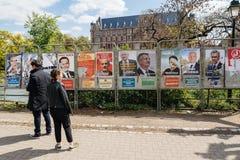 Люди восхищая плакаты избраний на голосуя день Стоковая Фотография RF