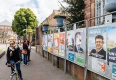 Люди восхищая плакаты избраний на голосуя день Стоковое фото RF