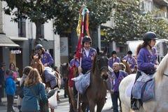 Люди вручая вне карамельки от лошади Стоковое Изображение RF