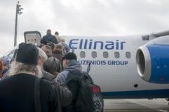 Люди всходя на борт на самолете Стоковая Фотография RF