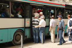 Люди всходя на борт переполненной шины разделение Хорватия стоковая фотография rf