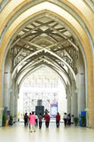 Люди входя в султана Mizan Masjid, Путраджайя для молитвы пятницы Стоковая Фотография RF