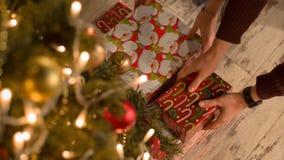 Люди выбирают вверх подарки рождества сток-видео