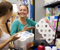 Люди выбирают туалетную бумагу в магазине Стоковая Фотография