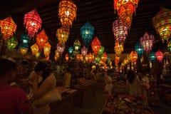 Люди выбирающ и покупающ подарки на приходя китайский Новый Год Стоковое фото RF
