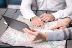 Люди выбирая назначение путешествуя концепция Стоковые Фотографии RF