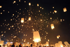 Люди выпускают Khom Loi, фонарики неба во время фестиваля Yi Peng или Loi Krathong стоковая фотография rf