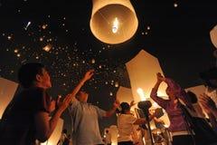 Люди выпускают Khom Loi, фонарики неба во время фестиваля Yi Peng или Loi Krathong стоковое фото