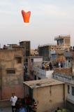 Люди выпуская китайский фонарик в Джайпуре стоковые фотографии rf