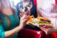 Люди в американском обедающем или ресторан с вином стоковые фотографии rf
