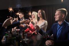 Люди в баре Ночной клуб sparklers Стоковые Фото