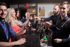Люди в баре Ночной клуб sparklers Стоковое фото RF