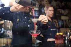 Люди в баре Ночной клуб sparklers Стоковая Фотография