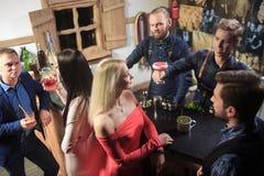 Люди в баре Ночной клуб sparklers Стоковые Изображения RF