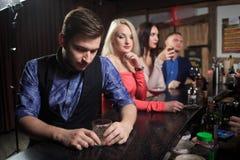 Люди в баре Ночной клуб sparklers Стоковая Фотография RF