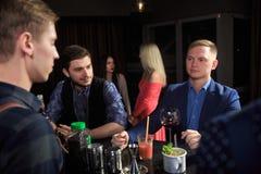 Люди в баре Ночной клуб sparklers Стоковое Изображение RF