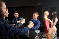 Люди в баре Ночной клуб sparklers Стоковое Изображение