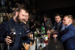 Люди в баре Ночной клуб sparklers Стоковые Фотографии RF